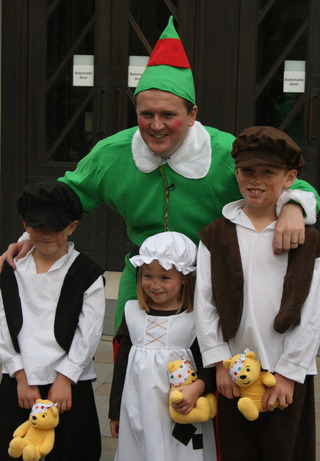 Friendly elf . . . Aled Jones with the children