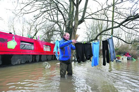 Tim Wiseman, who lives aboard the narrowboat Tallis, hangs his clothes out to dry                   Pictures: OX55862, OX55864 Jon Lewis