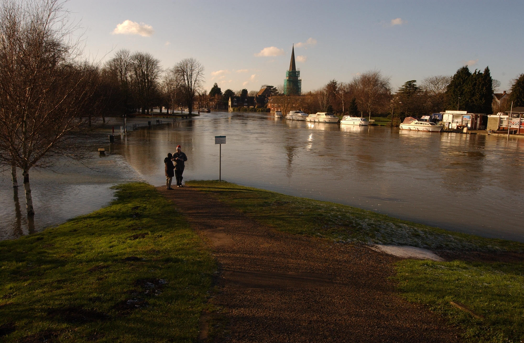Abingdon flood scheme Car parks by Abingdon Bridge Tow Path in Bridge Street flooded in 2003. Pic By Andy Cooper