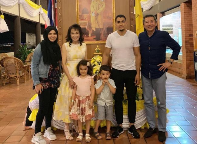 Oxford United chairman Sumrith 'Tiger' Thanakarnjanasuth (right) with Ahmed Kashi and his family Picture: Jum Wu on Instagram